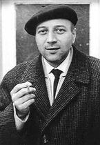 Ľudovít Drobnica s cigaretou a baretkou. Podľa neho je konferencia pomenovaná.